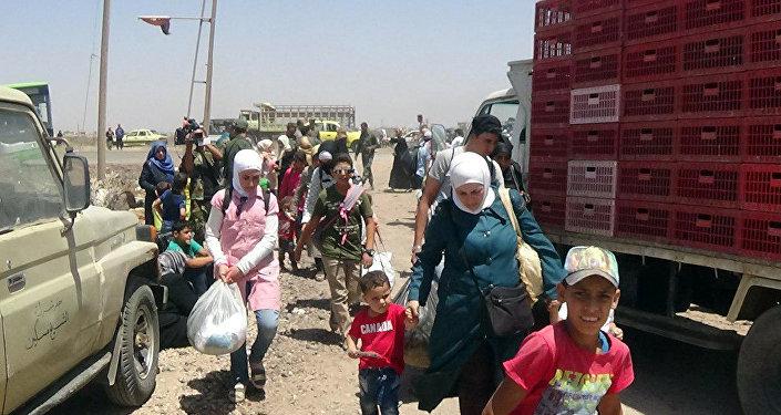 عائلات سورية من درعا التي تجري فيها عمليات ضد الإرهابيين بداخلها