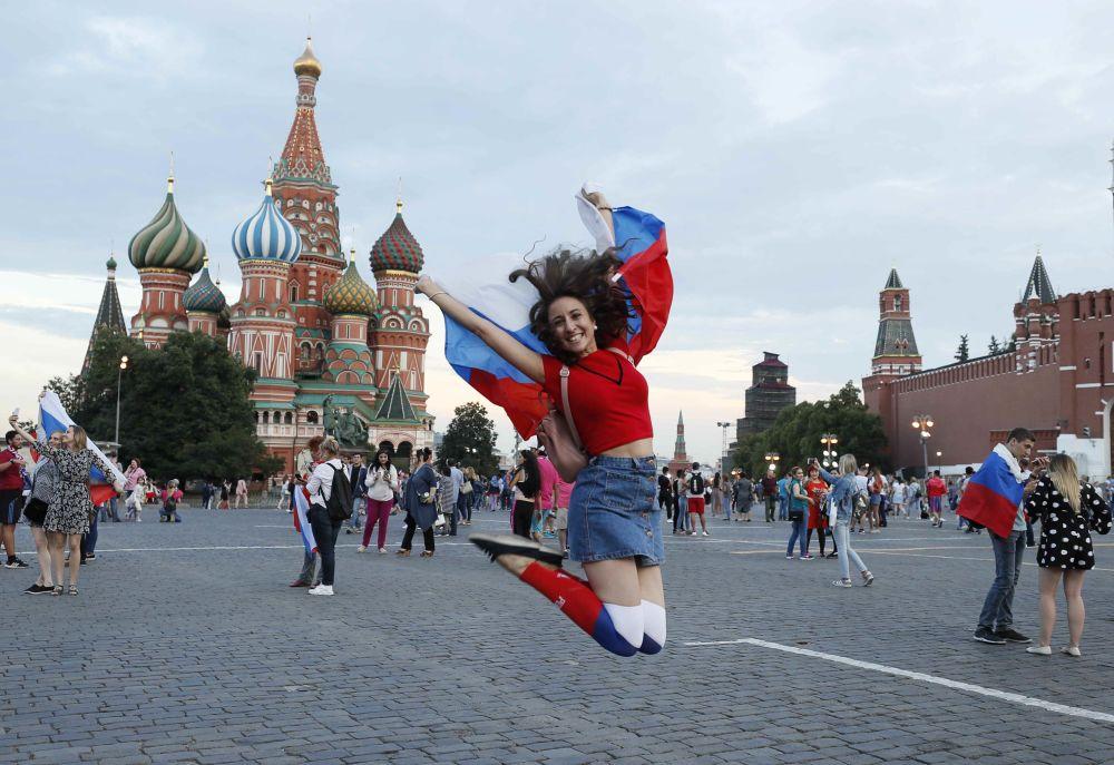 مشجعة روسية تحتفل بفوز فريق المنتخب الروسي يوم أمس الأحد، في مباراة ضد المنتخب الإسباني، 1 يوليو/ تموز 2018