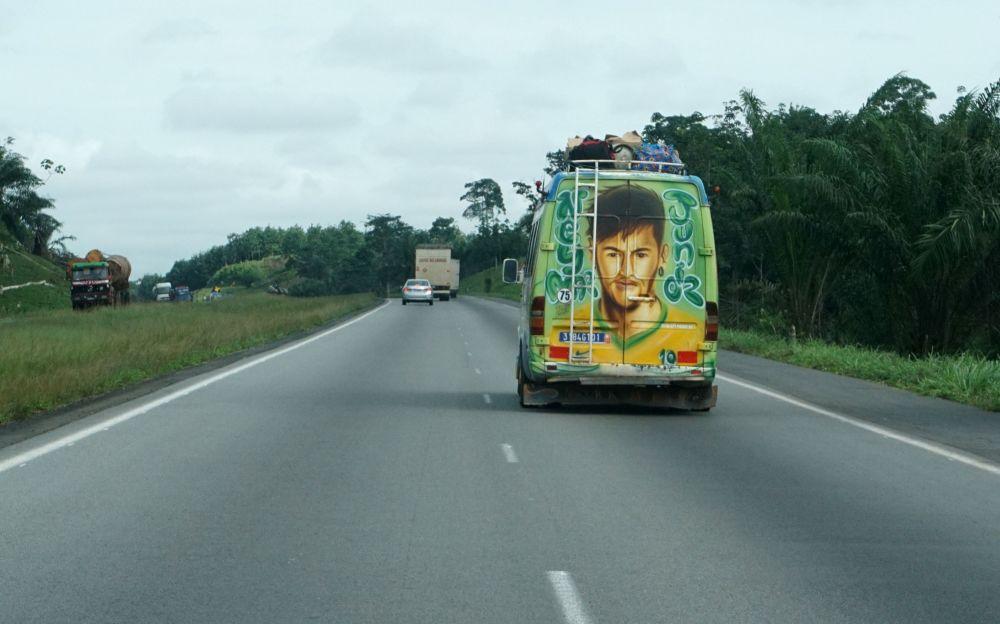 مركبة عليها رسم للاعب البرازيلي نيمار  في شمال أبيدجان