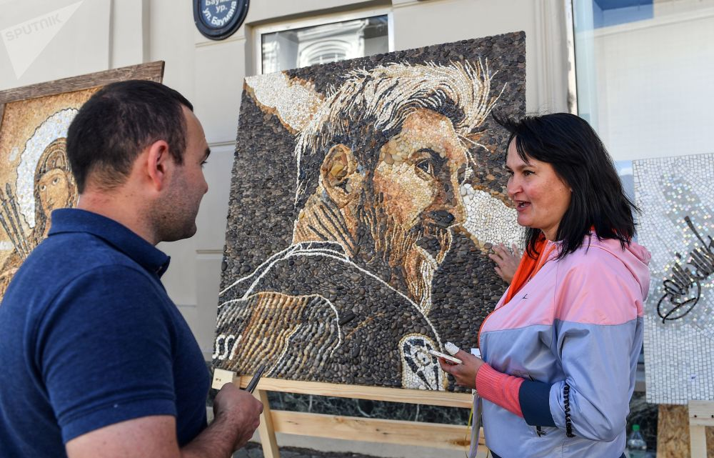 لوحة من الفسيفساء للاعب الأرجنتيني ليونيل ميسي في شارع باومان في قازان