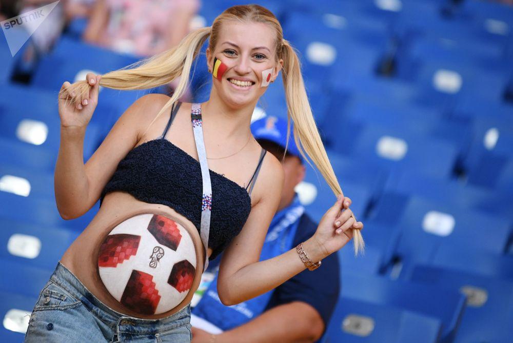 مشجعة قبل نهائي 1/8 من بطولة كأس العالم 2018 لكرة القدم في روسيا، قبل مباراة بلجيكا واليابان