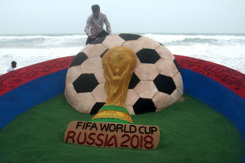 الفنان الهندي سودارشان باتانيك يصنع تحفة فنية من الرمال بمناسبة بطولة كأس العلم 2018