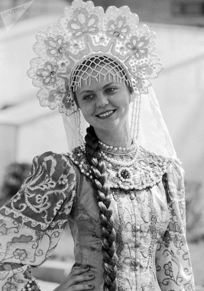 مواطنة روسية من موسكو ترتدي الزي التقليدي الوطني خلال مراسم منح الجوائز للفائزين في مسابقات الدورة الـ 22 للألعاب الأولمبية الصيفية، 1980
