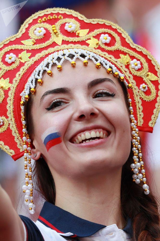 مشجعة المنتخب الروسي قبل بداية مباراة روسيا وإسبانيا في مرحلة المجموعة 1/8، 2018