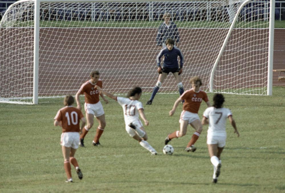 لاعبو منتخب الاتحاد السوفيتي والمنتخب الفنزويلي خلال مباراة كرة القدم في إطار الدورة الـ 22 للألعاب الأولمبية الصيفية في موسكو، 1980