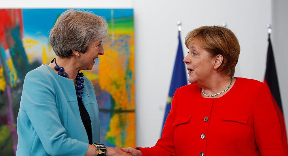 المستشارة الألمانية انجيلا ميركل ورئيسة الوزراء البريطانية تيريزا ماي