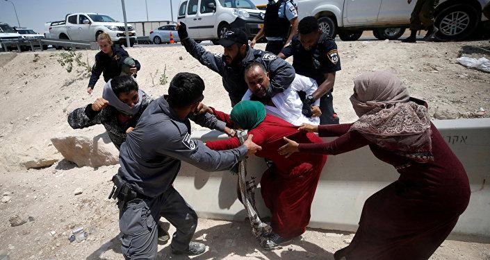 الشرطة الإسرائيلية تحاول اعتقال فلسطينيين في قرية الخان الأحمر بالقرب من أريحا، فلسطين 4 يوليو/ تموز 2018