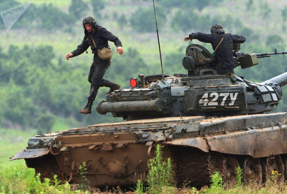 طاقم دبابة تي-72 في الحقل العسكري سيرغييفسكي في إقليم بريمورسك