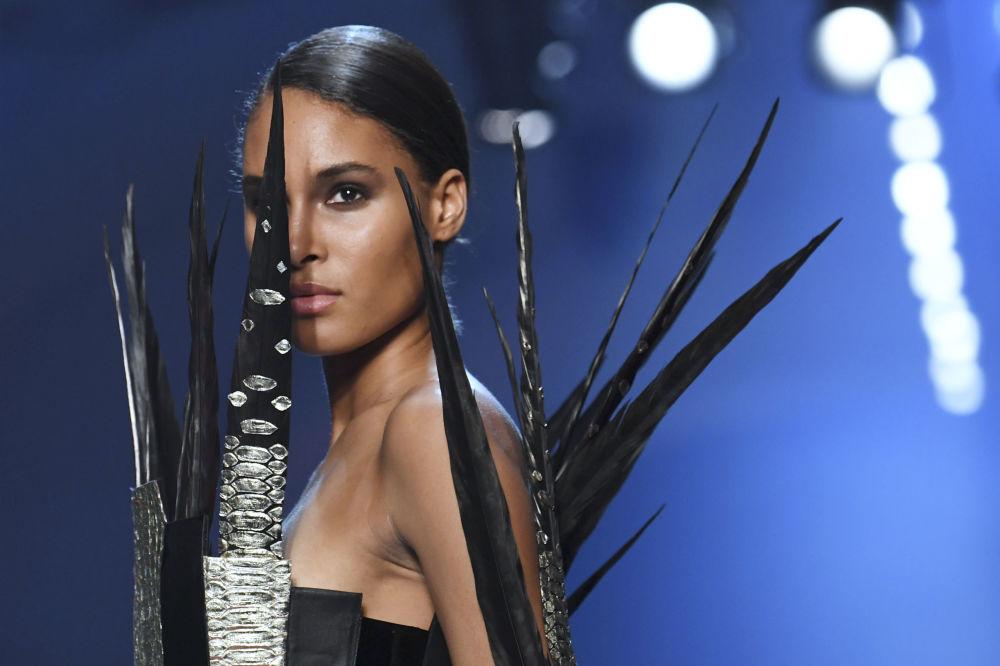 عارضة الأزياء الفرنسية سيندي برونا تقدم زيا من تصميم جان بول غوتييه خلال عرض أزياء مجموعة خريف/ شتاء 2018-2019في باريس، فرنسا 4 يوليو/ تموز 2018