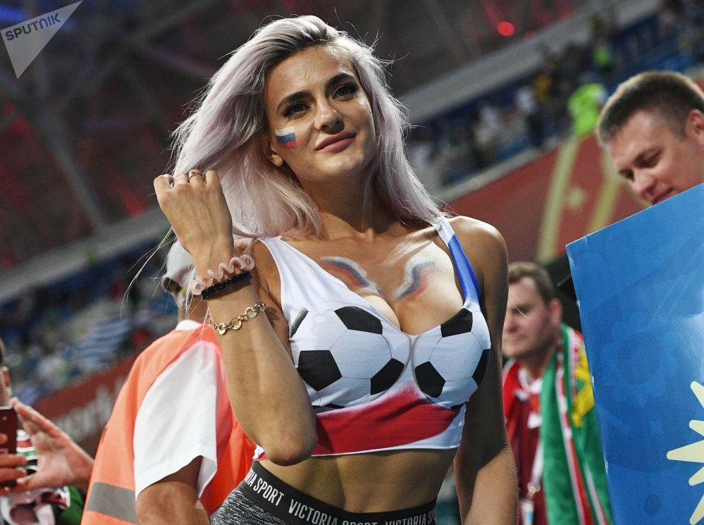 مشجعة في مباراة مرحلة المجموعة (1/8) من بطولة كأس العالم بين منتخبي من أوروغواي والبرتغال