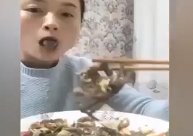 سرطان ينتقم من فتاة صينية حاولت تناوله حيا