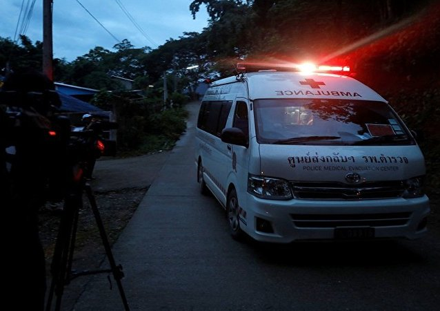 سيارات إسعاف تنقل الفتية الذين تم إنقاذهم من الكهف التايلاندي إلى المستشفى