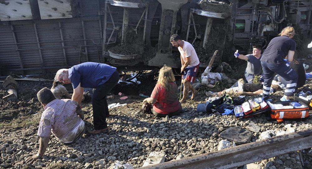 قتلى وجرحى في حادثة خروج قطار عن القضبان في تركيا