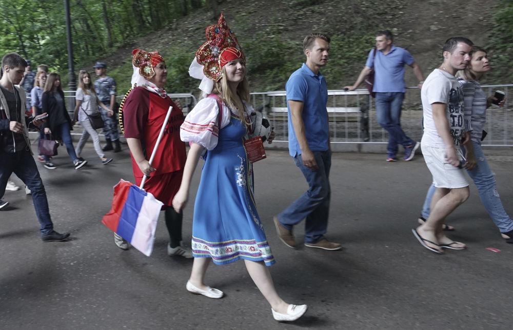 مشجعة ترتدي كوكوشنيك، وهي زينة رأس تقليدية روسية في مرحلة المجموعة 1/8 في مباراة بين روسيا وإسبانيا