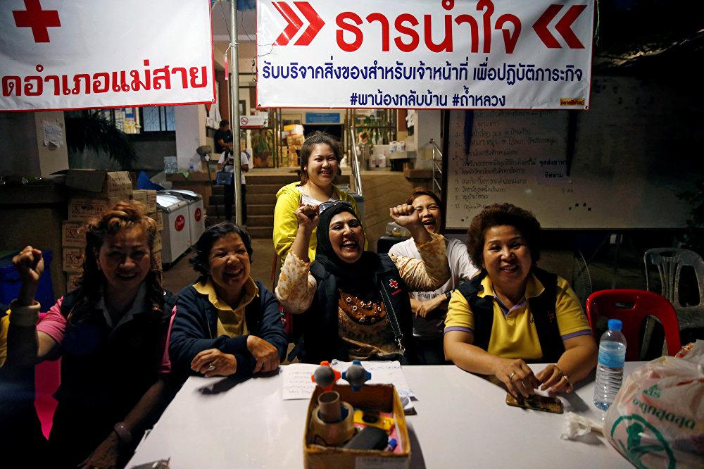 يحتفل المتطوعون في مركز صحفي بالقرب من مجمع كهوف ثام لوانغ في مقاطعة شيانج راي الشمالية في تايلاند، 10 يوليو/تموز 2018