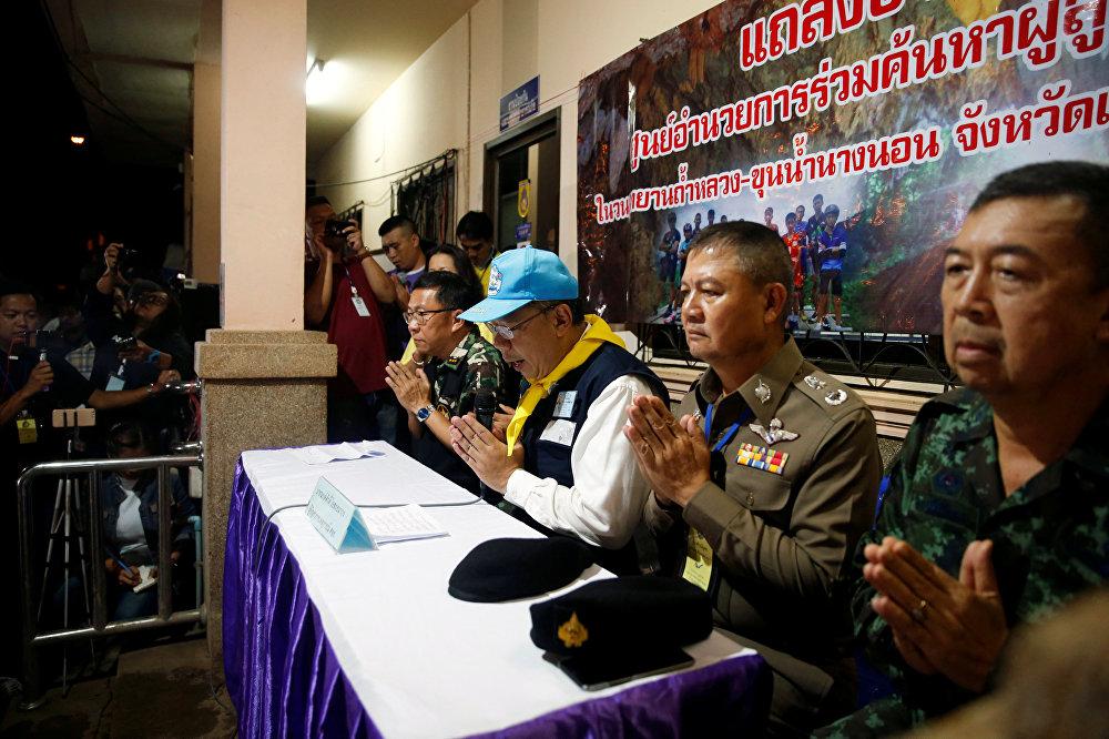 حاكم ولاية ناراغسكايا يرحب بالصحفيين خلال مؤتمر صحفي عقده بالقرب من مجمع كهوف ثام لوانغ في مقاطعة شيانج راي الشمالية في تايلاند، 10 يوليو/تموز 2018