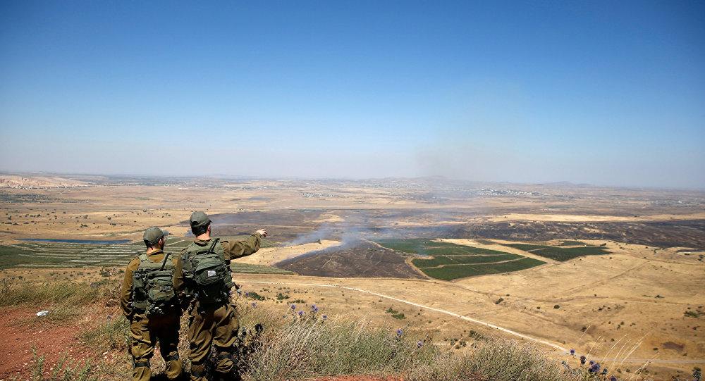 جنود من إسرائيل ينظرون إلى الجانب السوري من الجولان المحتل