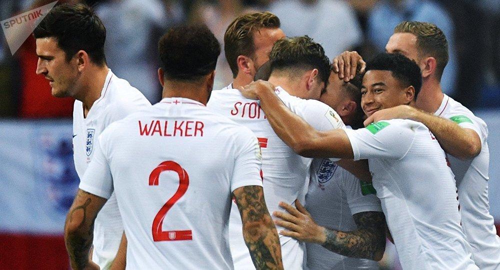 احتفال لاعبي إنجلترا بالهدف الأول