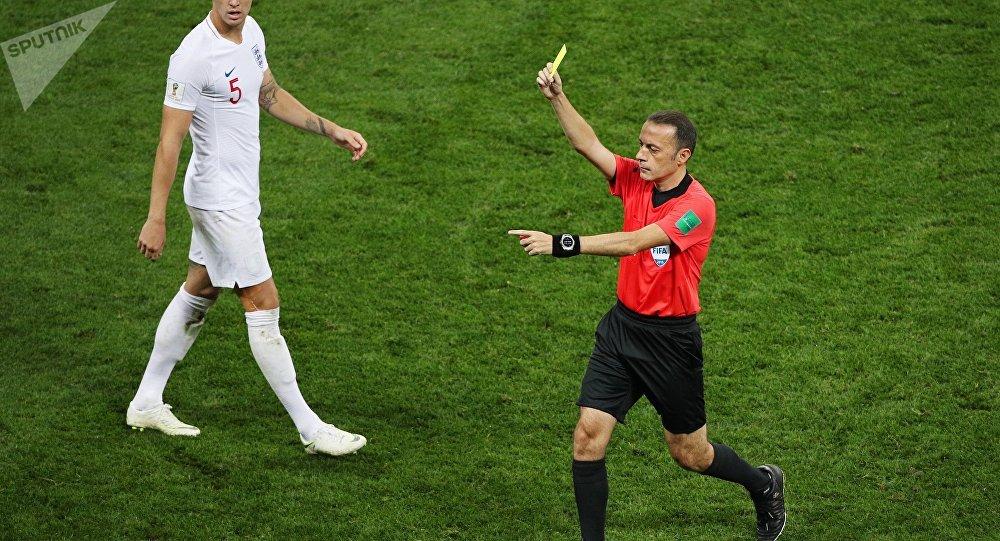 لاعب كرة قدم يتلقى 3 بطاقات في غضون 12 ثانية... فيديو