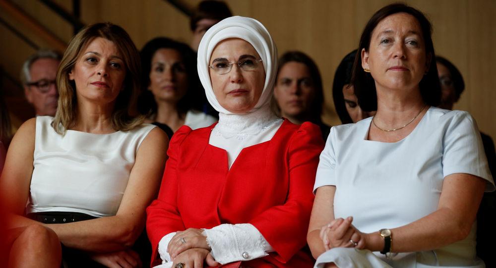 السيدة الأولى البلغارية ديسيسلافا راديفا، والسيدة الأولى التركية أمينة إردوغان، وزوجة الأمين العام لحلف الناتو إنغريد شوليرود، أثناء حضورهن لحفل موسيقي في معهد الملكة إليزابيث للموسيقى في واترلو، في إطار قمة لدول حلف الناتو في بلجيكا 12 يوليو/ تموز 2018