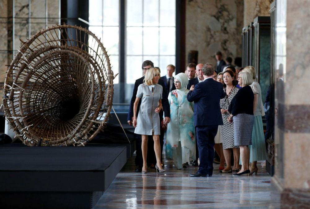 السيدة الأولى التركية أمينة إردوغان، وزوجة الأمين العام لحلف الناتو إنغريد شوليرود، والسيدة الأولى الفرنسية بريجيت ماكرون خلال زيارتهم للمتحف الملكي لأفرقيا الوسطى في بروكسل، في إطار قمة لدول حلف الناتو في بلجيكا 12 يوليو/ تموز 2018