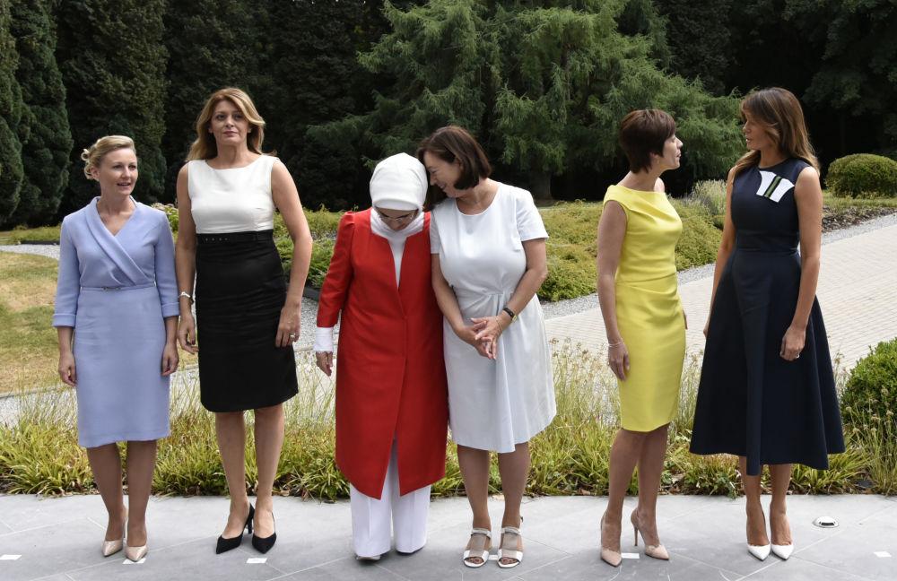 زوجات قادة دول حلف الناتو: من اليسار إلى اليمين: زوجة رئيس وزراء سلوفينيا مويكا ستروبنيك، السيدة الأولى البلغارية ديسيسلافا راديفا، والسيدة الأولة التركية أمينة إردوغان، زوجة الأمين العام لحلف الناتو إنغريد شوليرود، وشريكة حياة رئيس وزراء بلجيكا إميلي ديرباودرينغين، والسيدة الأولى الأمريكية ميلانيا ترامب، يلتقطن صورة جماعية لهن خلال قمة لدول حلف الناتو في بلجيكا 11 يوليو/ تموز 2018