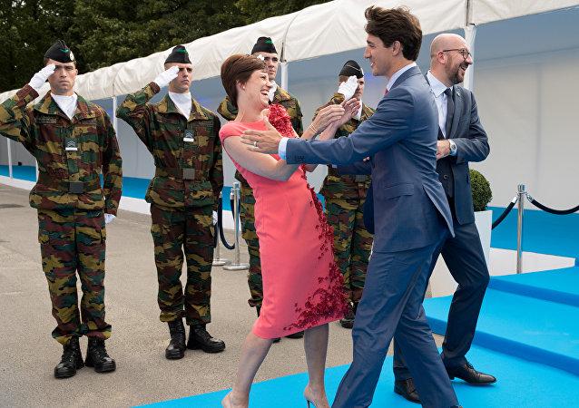 رئيس الوزراء الكندي يقبل زوجة رئيس الوزراء البلجيكي