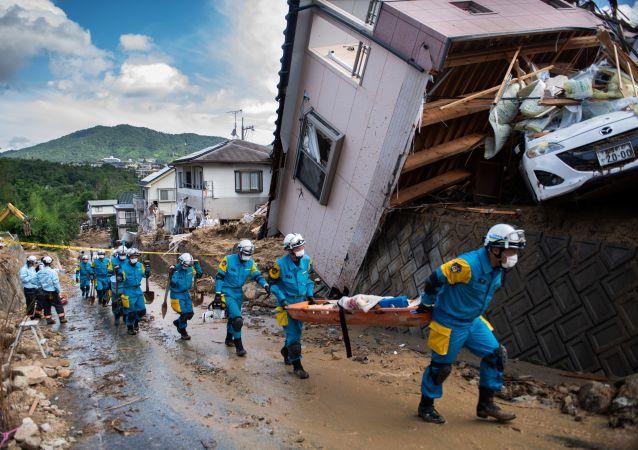 وصول طواقم الانقاذ ورجال الشرطة لاتمام عمليات الانقاذ في منطقة كومانو، هيروشيما، اليابان 9 يوليو/ تموز 2018