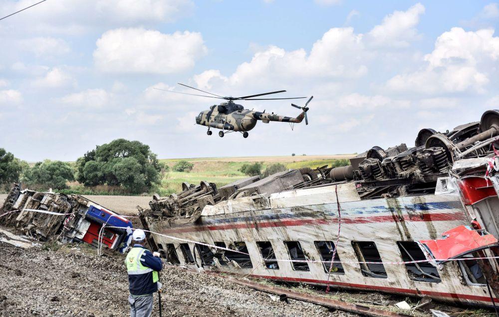 طائرة هليكوبتر تحلق فوق الموقع، الذي خرج فيه القطار عن مساره بمنطقة كورلو في تكريداغ، شمال غرب تركيا ، 9 يوليو/ تموز 2018