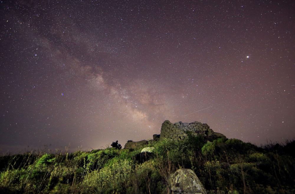 صورة لمجرة درب التبانة، التقطت من فوق نوراك (برج حصن) في جزيرة سردينيا، إيطاليا 7 يوليو/ تموز 2018