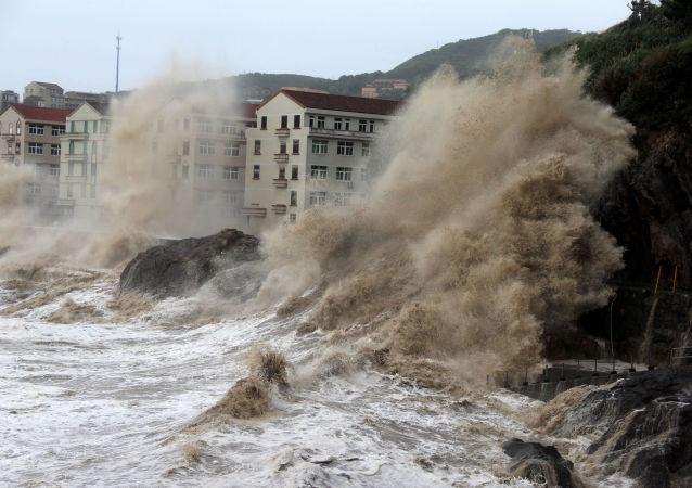 موجات ناجمة عن اعصار ماريا بالقرب من نلينغ، مقاطعة تشجيانغ بشرق الصين، 11 يوليو/ تموز 2018