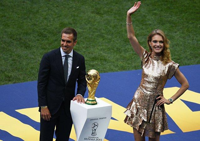 فيليب لام قائد منتخب ألمانيا يستعد لتقديم كأس العالم للفائز