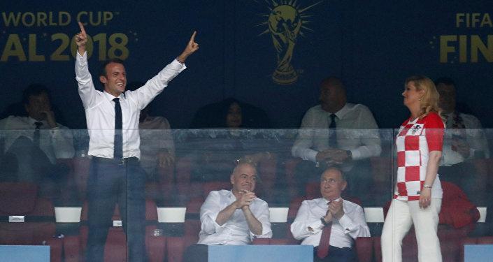 الرئيس الفرنسي إيمانويل ماكرون سعيد بإحراز منتخب فرنسا الهدف الرابع في شباك المنتخب الكرواتي، في نهائي مونديال روسيا، 15 يوليو/تموز 2018