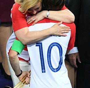 رئيسة كرواتيا تحتضن مودريتش