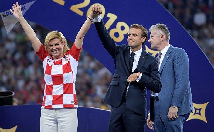رئيسة كرواتيا تحيي الجماهير رفقة ماكرون بعد تسليم الجوائز
