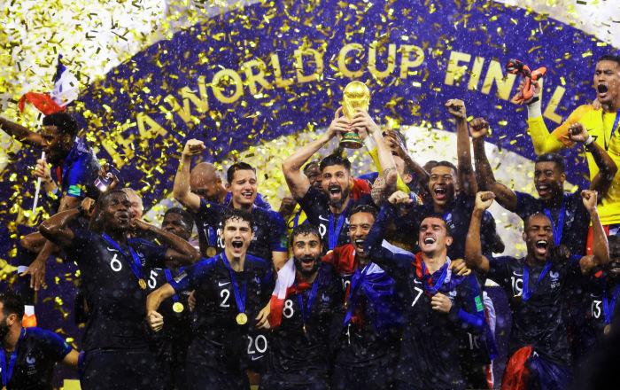 لاعبو المنتخب الفرنسي الوطني بعد تتويجه وفوزه بكأس العالم