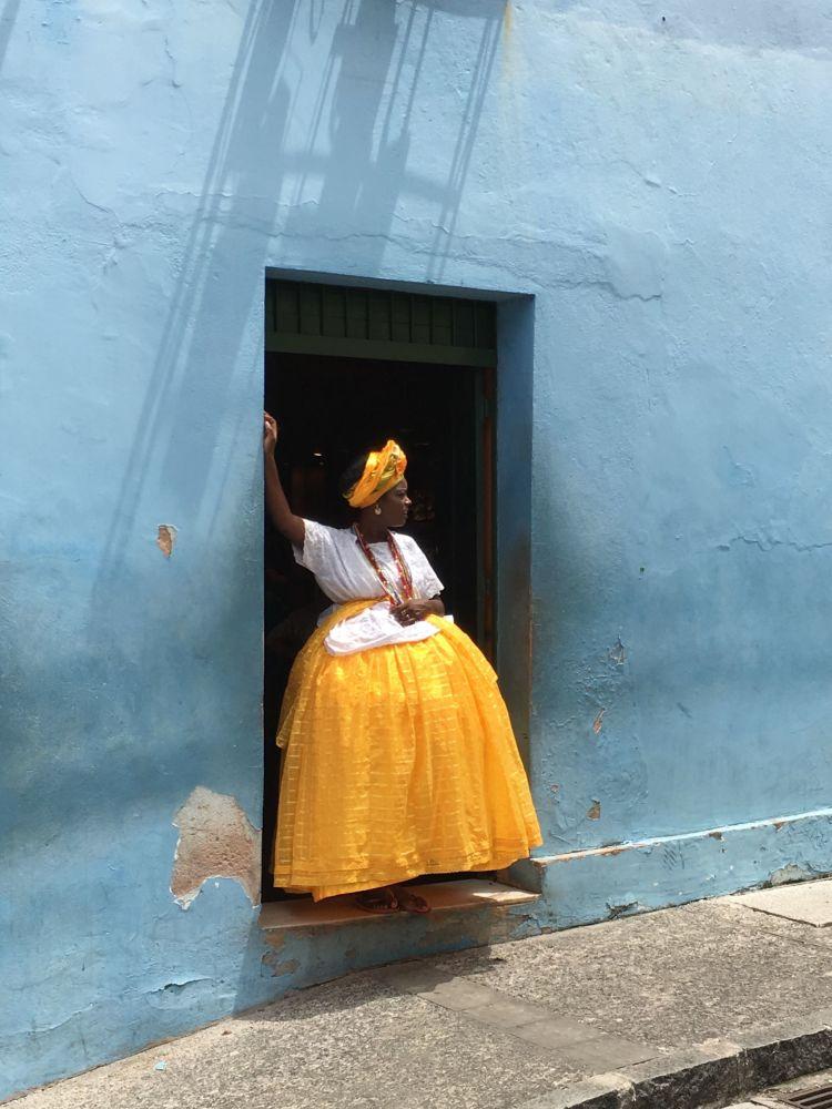 صورة بعنوان Baiana  in  yellow  and  blue، للمصورألكسندر ويبر ، الحائزة على المركز الأول في فئة مصور العام