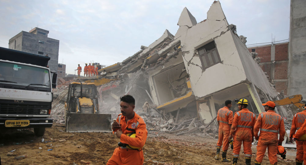 عمال الإنقاذ يعملون في موقع مبنى انهار في قرية شاهبيري، شرق نيودلهي، الهند  18 يوليو ، 2018