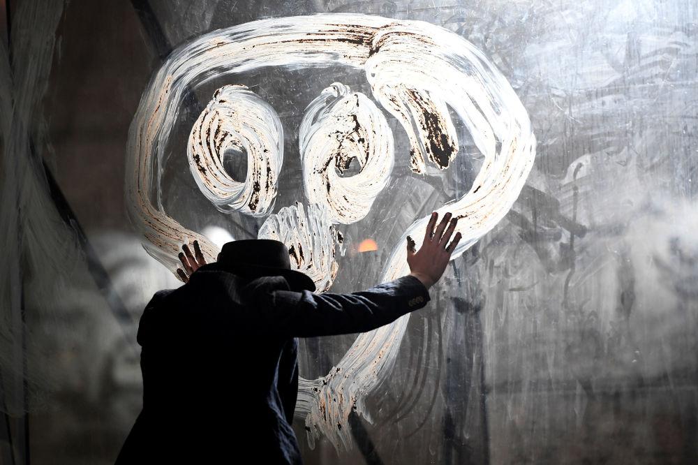 ممثل ألماني إلكو سميتس في مسرحية De Dingen Die Voorrbijgaan  للمخرج إيفو فان خوفي ، خلال المهرجان السينمائي الـ 72