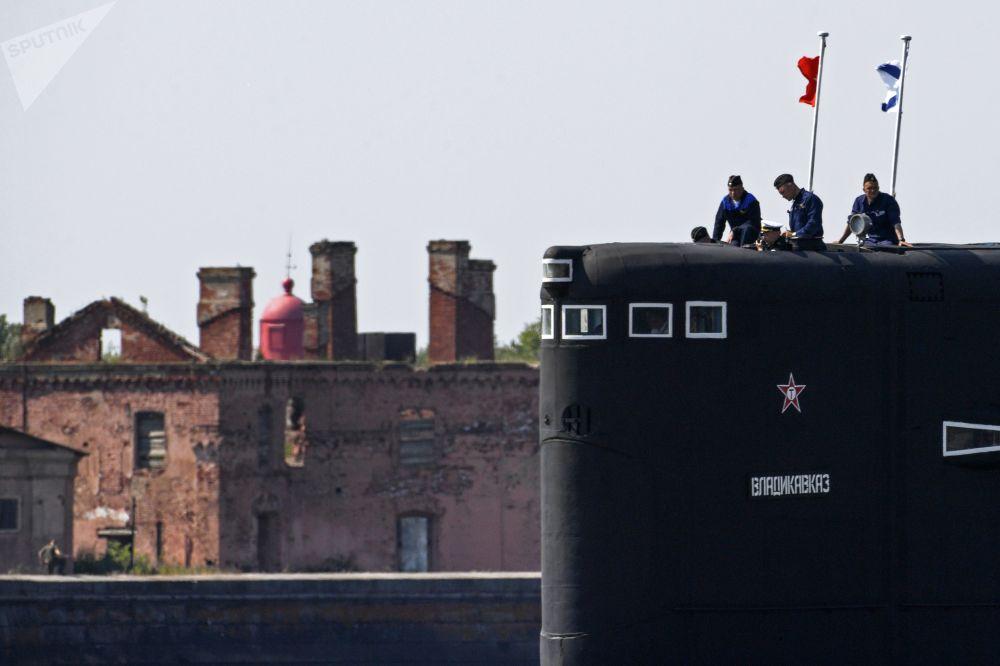 بحارة الغواصة فلاديكوفكاز التي تعمل بعلى طاقة لديزل والكهرباء، مشروع 877 ، خلال بروفة لعرض بحري بمناسبة يوم البحرية في كرونشتادت