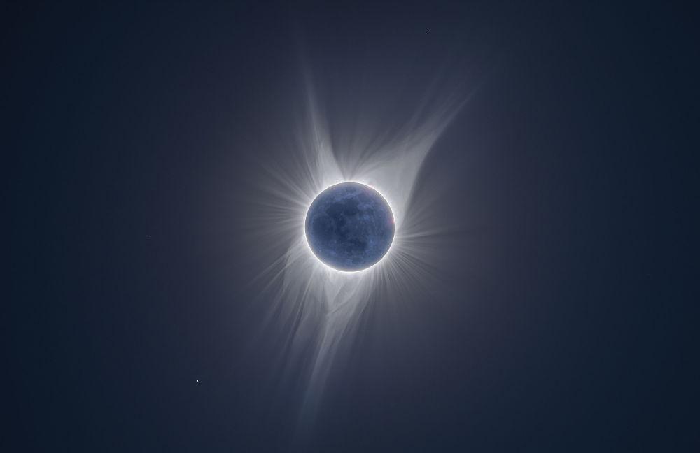 صورة بعنوان Earth Shine للمصور يتبر وارد