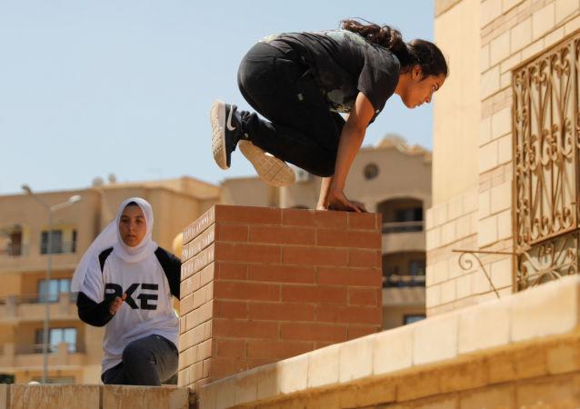 فتيات مصريات يستعرضن مهارات باركور في ضواحي القاهرة، مصر 20 يوليو/ تموز 2018