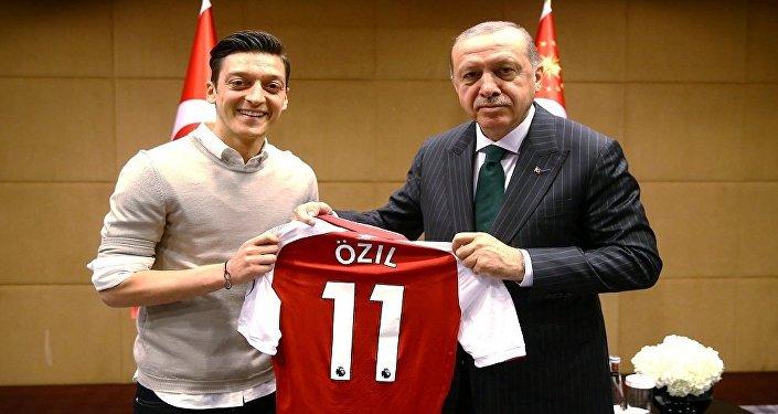 اللاعب الألماني مسعود أوزيل مع الرئيس التركي رجب طيب أردوغان