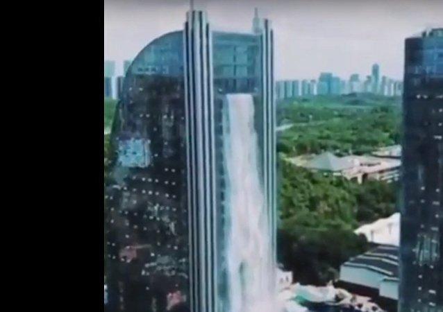 شلال يسقط من ناطحة سحاب في الصين