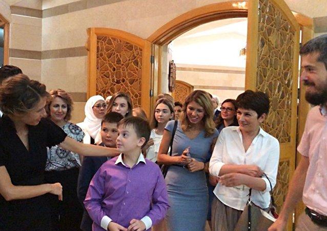 عقيلة الرئيس السوري أسماء الأسد تلتقي بعائلات الضباط الروس الذين لقوا حتفهم في سوريا
