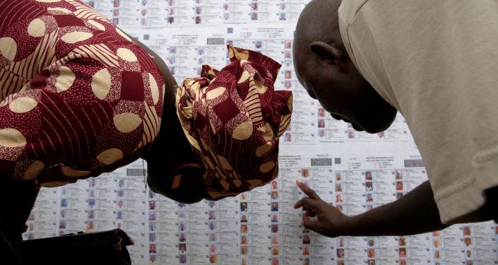 أشخاص يبحوث عن أسمائهم في القائمة الانتخابية في مركز الاقتراع في لافيابوغو، باماكو، مالي 23 يلويو/ تموز 2018