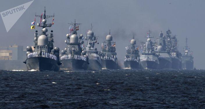 سفن البحرية الروسية في أول بروفة للعرض العسكري البحري تكريما ليوم البحرية في كرونشتادت، سان بطرسبورغ، روسيا