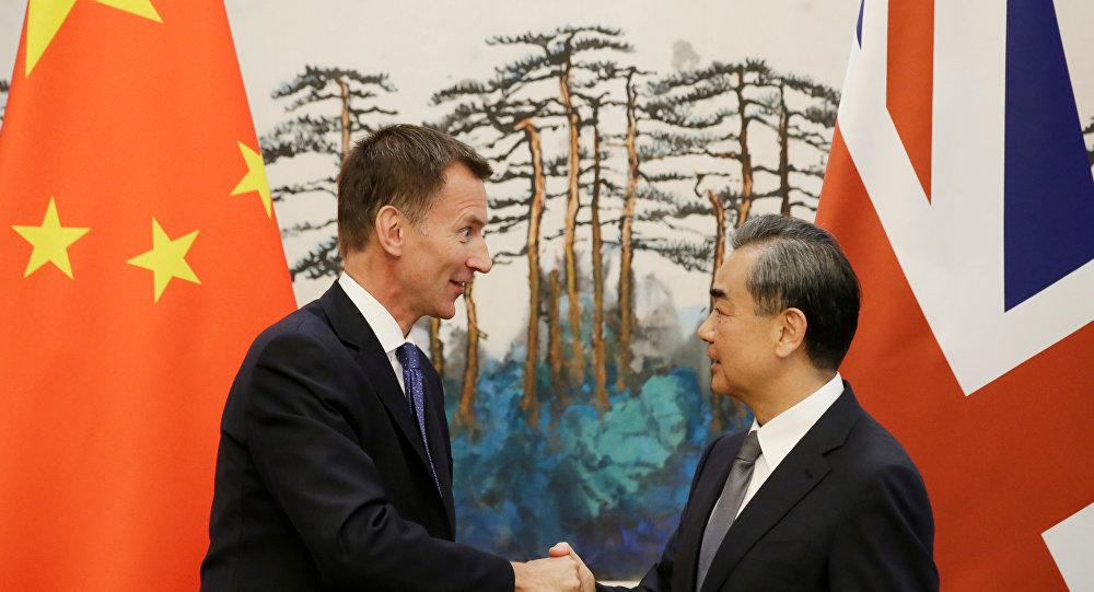 وزير خارجية بريطانيا جيرمي هانت يصافح وزير الخارجية الصيني وانغ يي في العاصمة الصينية بكين، 30 يوليو/تموز 2018