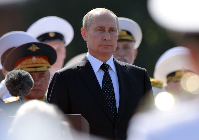 الرئيس الروسي فلاديمير بوتين يحضر العرض العسكري البحري في سان بطرسبورغ بمناسبة يوم البحرية الروسية، 29 يوليو/ تمو 2018