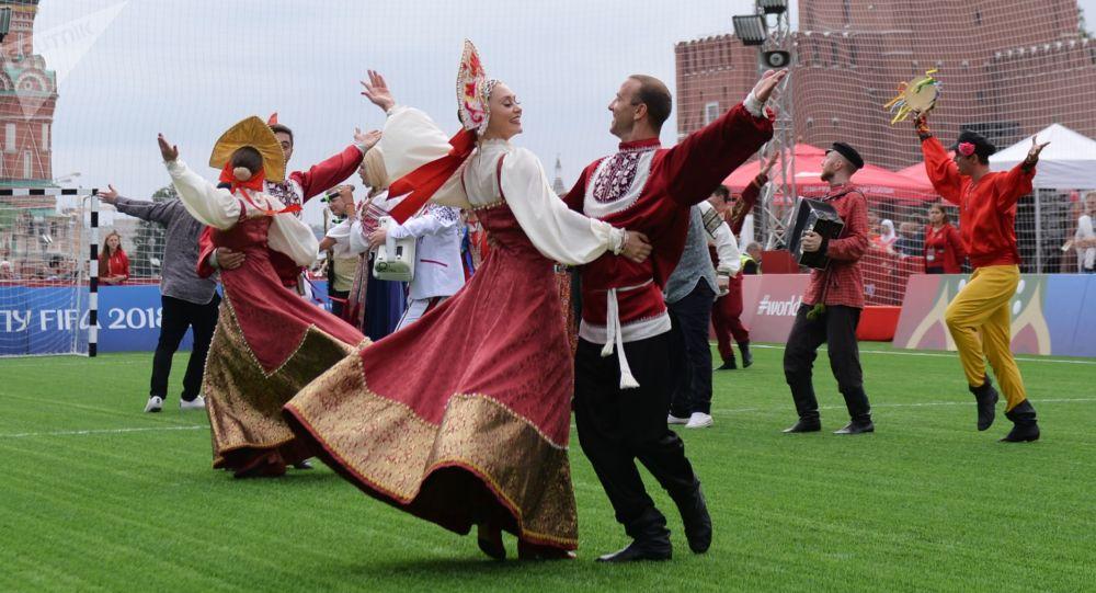 فرقة شعبية روسية على الساحة الحمراء في موسكو